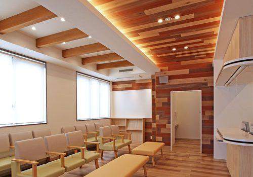 ランダム木板デザインのテナント内科クリニック